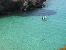 游人在Cala Tarida 库存照片
