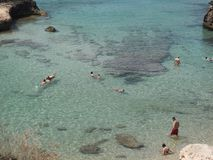 游人在Cala Tarida 免版税图库摄影