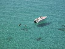 游人在Cala Tarida 图库摄影