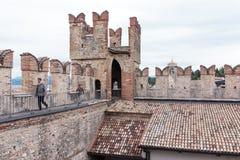 游人在Castello Scaligero墙壁上走在西尔苗内 库存照片