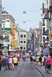 游人在Damstraat,阿姆斯特丹,荷兰 库存图片