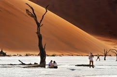 游人在Deadvlei, Namib-Naukluft国家公园,纳米比亚, Afri 库存照片