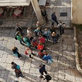 游人在Diocletian宫殿走在早晨,从上面看 库存图片