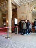 游人在Dolmabahche宫殿在伊斯坦布尔 免版税库存图片