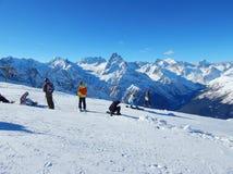 游人在Dombay -一种坡道滑雪手段在Karachayevo-Cherkesiya,俄罗斯 在高度3200米 免版税库存图片