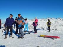 游人在Dombay -一种坡道滑雪手段在Karachayevo-Cherkesiya,俄罗斯 在高度3200米 库存图片