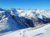 游人在Dombay -一种坡道滑雪手段在Karachayevo-Cherkesiya,俄罗斯 在高度3200米 图库摄影