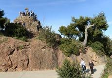 游人在Golgotha附近的巴塞罗那三个十字架 库存照片