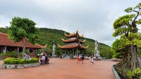 游人在Ho Quoc寺庙疆土走  库存照片