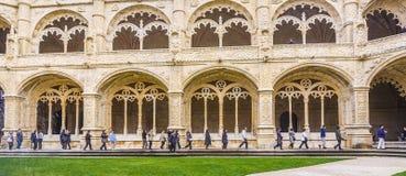 游人在Jeronimos修道院的内在庭院在里斯本出家 免版税库存照片