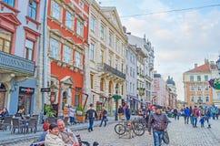 游人在Lvov集市广场 免版税库存图片