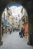 游人在Mont圣徒米谢尔庭院修道院里。 免版税图库摄影