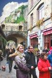 游人在Mont圣徒米谢尔庭院修道院里。 库存图片