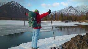 游人在mountais的湖附近站立 影视素材