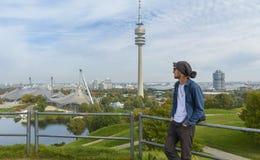 游人在Olympiapark慕尼黑,德国 免版税图库摄影