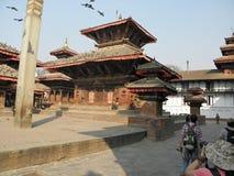 游人在Patan,尼泊尔拍摄印度寺庙 免版税库存照片