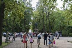 游人在Peterhof,圣彼德堡,俄罗斯 库存图片