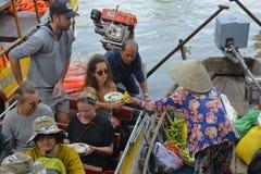 游人在Phong Dien浮动市场上 免版税库存照片