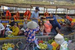 游人在Phong Dien浮动市场上 库存图片