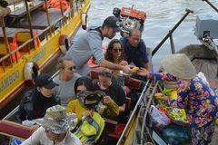 游人在Phong Dien浮动市场上 库存照片