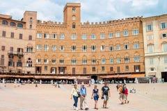 游人在Piazza del园地,锡耶纳,意大利 免版税库存图片