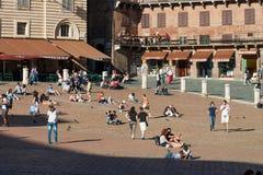 游人在Piazza del园地,锡耶纳,意大利 图库摄影
