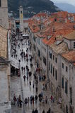 游人在Placa街道走在老城市 免版税库存照片