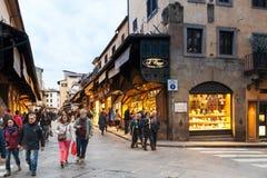 游人在Ponte Vecchio走在佛罗伦萨市 免版税库存照片