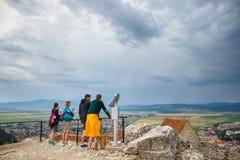 游人在Rasnov参观中世纪城堡 堡垒在1211和1225之间被建造了 库存照片