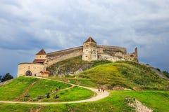 游人在Rasnov参观中世纪城堡 免版税库存照片
