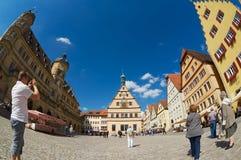 游人在Rothenburg Ob Der陶伯,德国拍集市广场的照片 库存图片