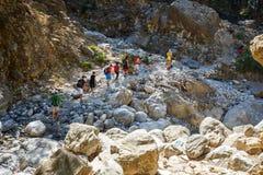 游人在Samaria峡谷步行在中央克利特,希腊 国家公园是联合国科教文组织Biosph 免版税库存图片