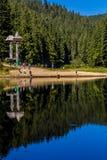 游人在Synevyr湖附近的山森林里 库存照片