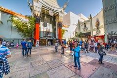 游人在Tcl中国剧院在好莱坞 图库摄影