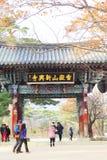 游人在Te参观2013年11月23日的Shinheungsa寺庙 免版税库存照片