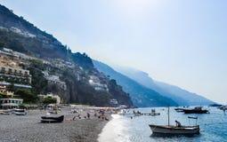 游人在visitfamous和美丽如画的口岸运送在波西塔诺 免版税库存图片