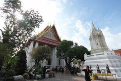 游人在Wat Pho参观,是一个多数著名地标在2016年10月22日的泰国 免版税库存照片