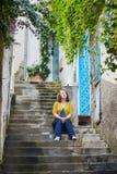 游人坐台阶在波西塔诺,意大利 免版税库存照片