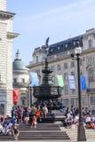 游人坐Shaftesbury纪念喷泉,皮卡迪利广场,伦敦,英国的步 免版税库存图片