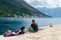 游人基于维尔京海岛礁石的在科托尔湾,黑山 免版税库存照片