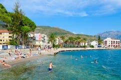 游人基于蒂瓦特,黑山美好的散步海滩  库存照片