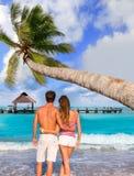 年轻游人夫妇一个热带海滩的 免版税库存图片