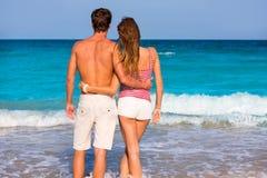 年轻游人夫妇一个热带海滩的 免版税库存照片