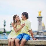游人夫妇在巴黎,在塞纳河的著名亚历山大III桥梁的 库存照片