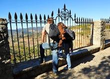 游人夫妇在Tajo de朗达,马拉加省,安大路西亚,西班牙 免版税库存照片