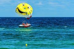 游人实践帆伞运动 免版税库存图片