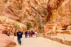 游人审阅Petra的峡谷,约旦 免版税库存照片