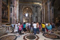 游人室内圣皮特的大教堂,罗马,意大利人群  免版税库存图片