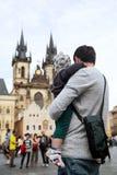 游人家庭在布拉格,捷克 图库摄影