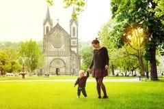 游人家庭在布拉格,捷克 免版税库存图片